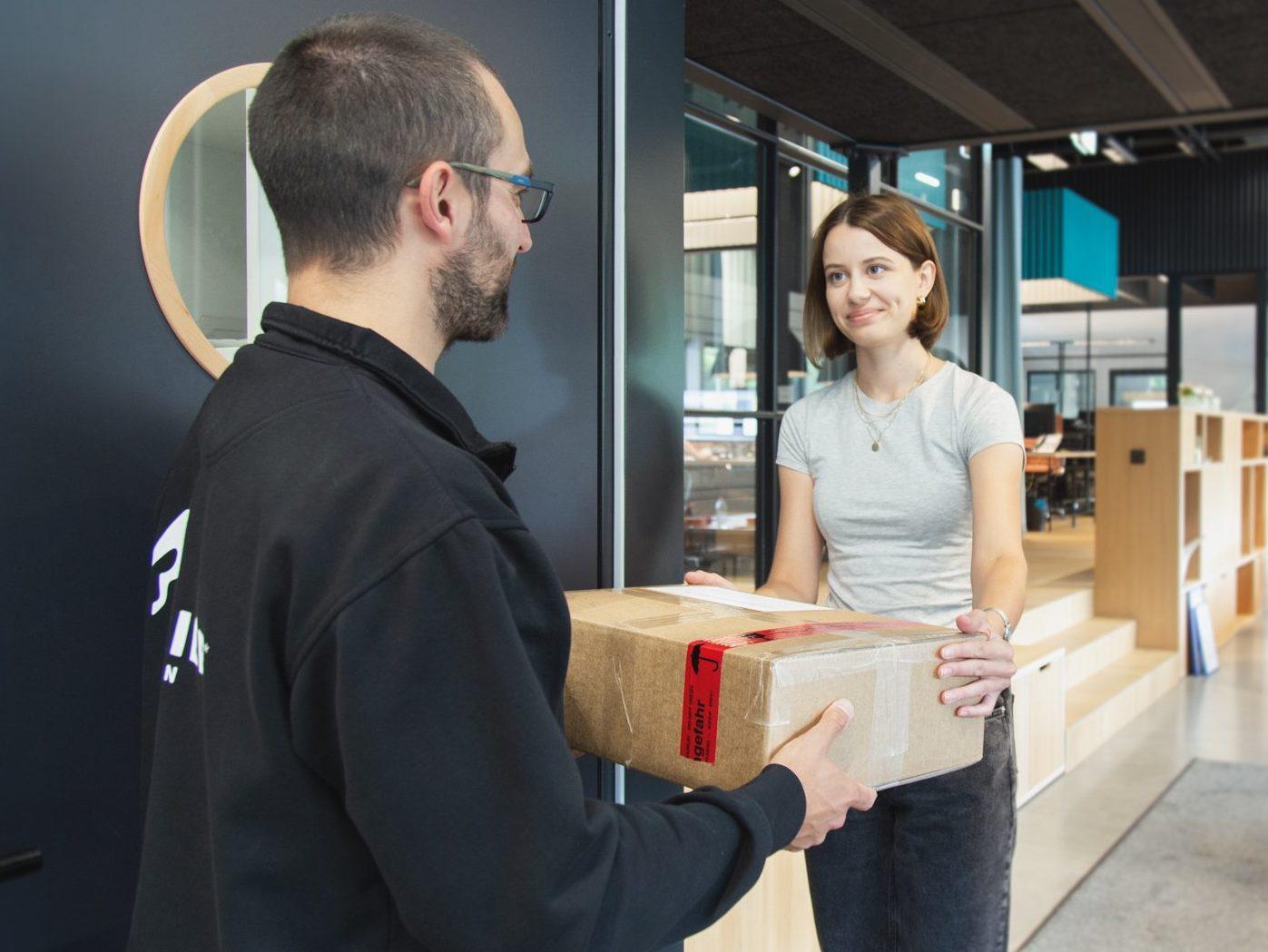 PostModern übergibt Paket an Privatkunde