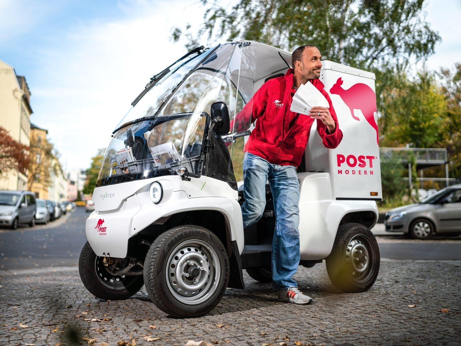 Zusteller fährt mit Paxster in Dresden zum Kunden